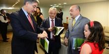 Pres. da AMS, Bernardo Santana entrega anuário da entidade para o pres. da FIEMG e o min. Pimentel.