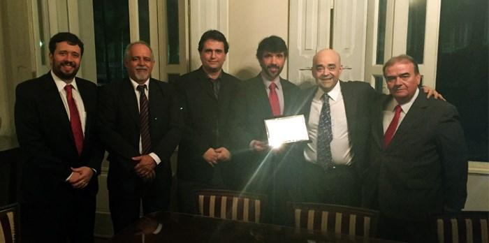 Bernardo Santana recebe placa de homenagem dos amigos da SEDS. - 28/04/16.