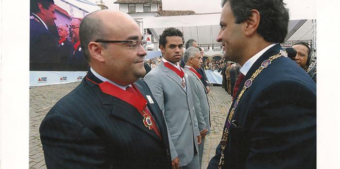 Então governador Aécio Neves condecora Bernardo Santana com a Medalha da Inconfidência 2007 - abril 2007.