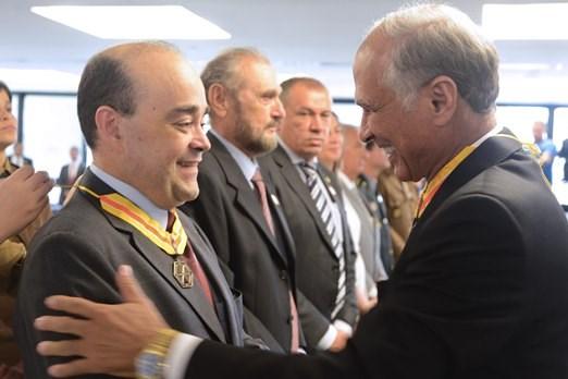 Secretário Bernardo Santana é agraciado com Medalha de Mérito da Defesa Civil. - 21/12/2015