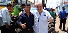Bernardo Santana entrega ao prefeito Carlúcio, de Mirabela, uma patrulha mecanizada. - março 2014.